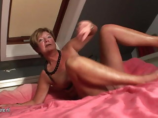 Amateur housewife squirting all over her moulding