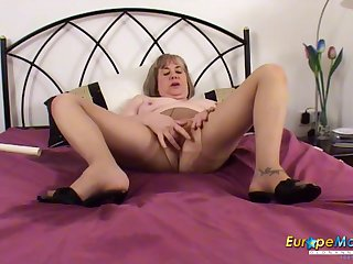 Mature slut pisses in will not hear of bed and makes a mess