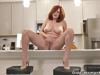 American milf Andi James rubs will not hear of gorgeous pussy