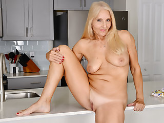 Florida milf Chery Leigh loves doing scullery chores