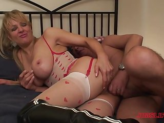 After a blowjob blonde Starr got her juicy cunt fucked wide of a guy
